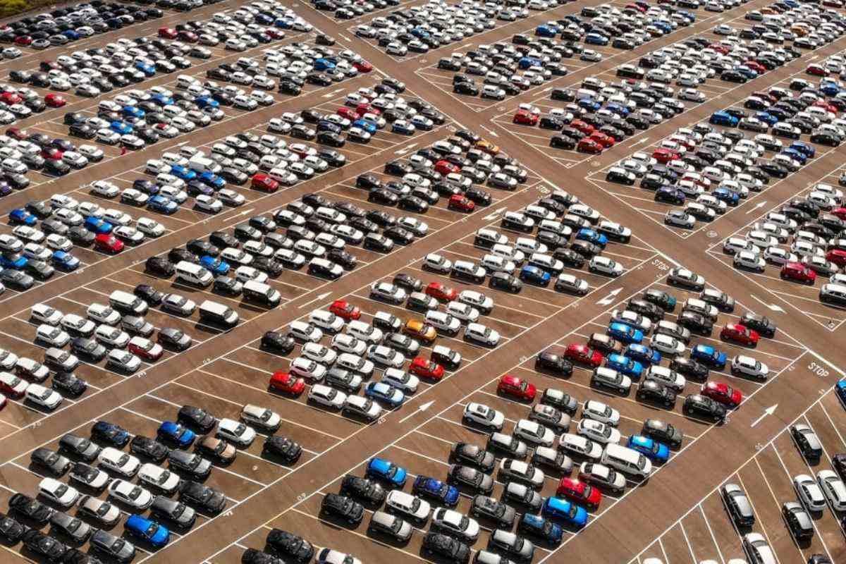 Acheter une voiture d'occasion chez le constructeur : quels sont les avantages et les inconvénients ?